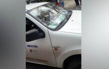 El vehículo terminó con el vidrio panorámico partido.