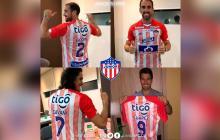 Godín, Cavani y Luis Suárez posan sonrientes con la camisa del Junior.