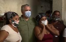 El presidente Duque junto a varios habitantes del barrio La Popa, uno de los sectores golpeados por el paso de la tormenta Iota.