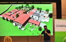 El alcalde Jaime Pumarejo explica los diseños de lo que será el Centro de Bienestar Animal.