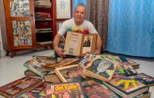 Harold Garrido Prada posa para el lente de EL HERALDO con su colección de reinas que él mismo ha editado por 46 años.
