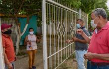 Roger Castillo y Eugenio Beganbre hacen a diario tareas de concientización con los habitantes de los barrios donde viven.