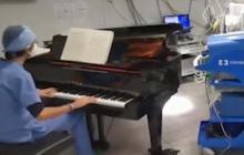 En video | Operan a un niño de un tumor con música de piano en vivo