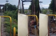 Alertan por jóvenes que arriesgan la vida lanzándose al río al paso del tren