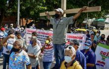 Los trabajadores exigiendo sus derechos laborales.