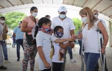 La gobernadora Elsa Noguera saluda a varios niños.