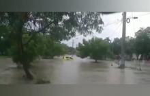 En video | Pasajeros de un taxi se salvan de morir por arroyo en Cartagena