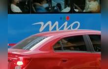 En video | Hombre limpió ventana del bus con su tapabocas y luego se lo puso
