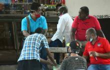 Un grupo de hombres departe en una esquina de Barranquilla sin el uso de tapabocas ni respetar el distanciamiento físico.