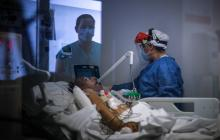 Una enfermera toma una muestra a un paciente para verificar si fue contagiado con Covid-19.
