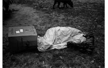De la serie 'Exclusión', en la que Dani Yako captura a personas en situación de calle con el rostro oculto.