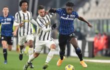 Duván Zapata tratando de superar una marca de Juventus. También lo persigue Juan Guillermo Cuadrado.