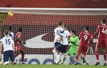 La bola entra en el arco del Tottenham tras el cabezazo de Firmino.