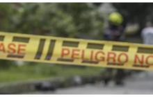 Policía acordonó el lugar de una escena de crimen.