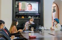 El alcalde William Dau y la asesora del despacho para Cooperación Internacional, Ana María González, entre otros, durante la charla virtual con directivos de Findeter.