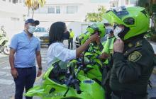 La secretaria de Tránsito, Angélica Rodríguez, entrega las llaves de las motocicletas a los agentes de tránsito.