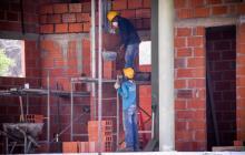 Trabajadores del sector de la construcción en uno de los proyectos que se reactivaron en Barranquilla.