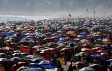 Playas llenas encienden las alertas en Río por la Covid-19