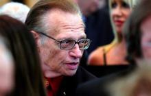 El presentador Larry King, hospitalizado por la covid-19