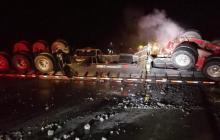 Tras el fuerte impacto, el tractocamión se volcó y terminó incendiado, al igual que la motocicleta.