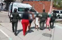 Uniformados de la Policía trasladan a las mamás de las menores.