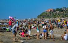 Decenas de turistas mientras disfrutaban de las playas de Puerto Colombia en el primer domingo del año.
