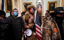 ¿Quién es el hombre disfrazado de bisonte en el asalto al Capitolio de EEUU?