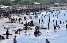 Una gran afluencia de personas disfrutaba este domingo de un día de sol en las Playas del Country.