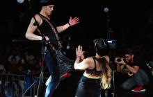 El dúo artístico compartiendo escenario y demostrando su talento.