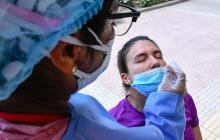 Una mujer se realiza una prueba diagnóstica para Covid-19 en un parque de Barranquilla.