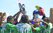 Los jugadores de Asosucre 2010 celebran con el trofeo.