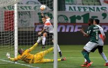 Rafael Santos Borré estrelló contra el vertical esta clara opción de gol. Pudo ser el 3-0.