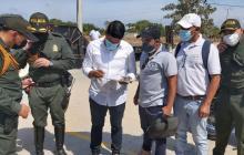 Autoridades durante el operativo en el lote.