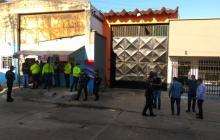 Momentos en los que uniformados llegan a una pensión del barrio San Roque.