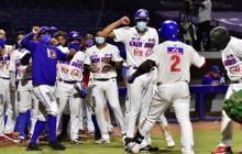 Dilson Herrera (2) es felicitado por sus compañeros tras conectar el cuadrangular que igualó el juego.
