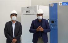 Funcionarios de Minsalud con ultracongeladores.
