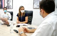 La secretaria de Educación, Verónica Monterrosa, durante una reunión con el gobernador, Vicente Blel.