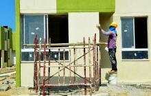 Un obrero trabaja en la construcción de viviendas de interés social.