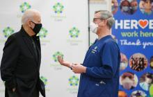 El presidente electo de EE. UU., Joe Biden, dialoga con un médico el día en que recibió la vacuna de la Covid.