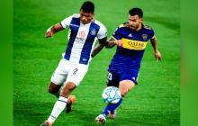 Rafael Pérez disputando un balón con Carlos Tévez en un choque ante Boca Juniors.