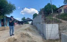 El alcalde de San Estanislao, Rafael Valle, vigila la construcción del muro de contención.