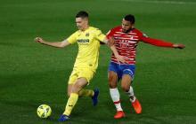 El colombiano Luis Javier Suárez (derecha) peleando el balón con el argentino Juan Foyth.
