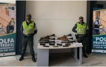 Fusiles incautados iban entre ropa usada y papel