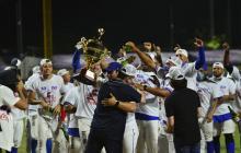 Roberto Char, dirigente de Caimanes, entregó el trofeo a José Mosquera.