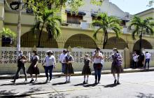 Estudiantes con  sus padres se acercaron ayer a la sede de la institución educativa.