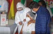 Una enfermera, la primera en recibir la vacuna contra la covid-19 en Bolivia
