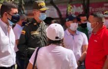 El comandante de la Mebar dialoga con varios comerciantes del centro.