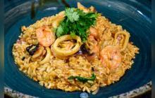 Un cucayo con mariscada que mezcla el sabor de las costas colombianas