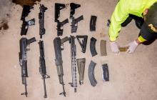 El arsenal que fue encontrado en Riohacha, tras el allanamiento.