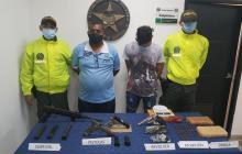 Policía captura a dos hombres con armas y drogas